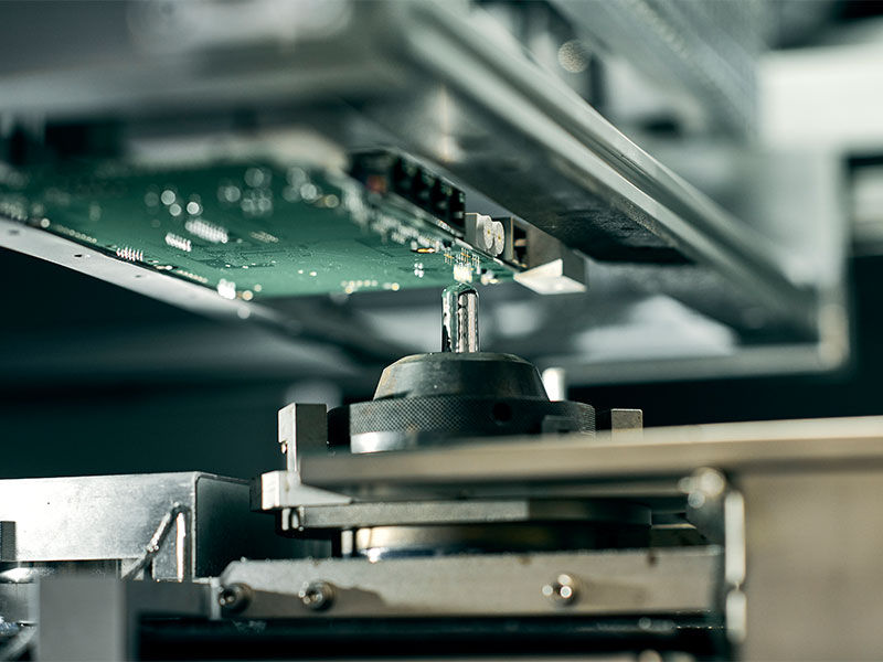 Leiterplattenbestückung Maschinenpark - In einer separaten Fertigungsinsel betreiben wir die Inertech CUBE.460 Selektivlötanlage. Die Anlage ist ideal für kleine und mittlere Losgrößen mit einem hohem THT-Anteil.