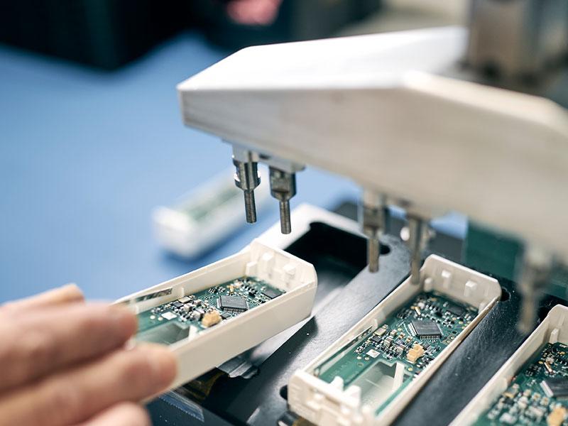 Neben der reinen Bestückung übernehmen wir auch die Baugruppenmontage für Sie oder assemblieren Ihr Gerät vollständig.