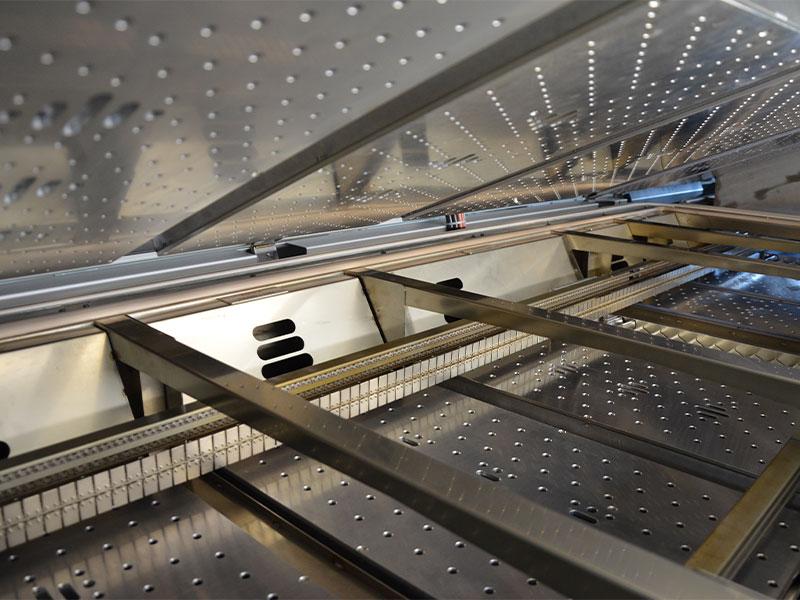 Leiterplattenbestückung Maschinenpark - REFLOW-LÖTOFEN - SMT QUATTROPEAK S MEDIA Der eigentliche Lötprozess findet in einem Ofen des Herstellers SMT, einem QuattroPeak S Media statt